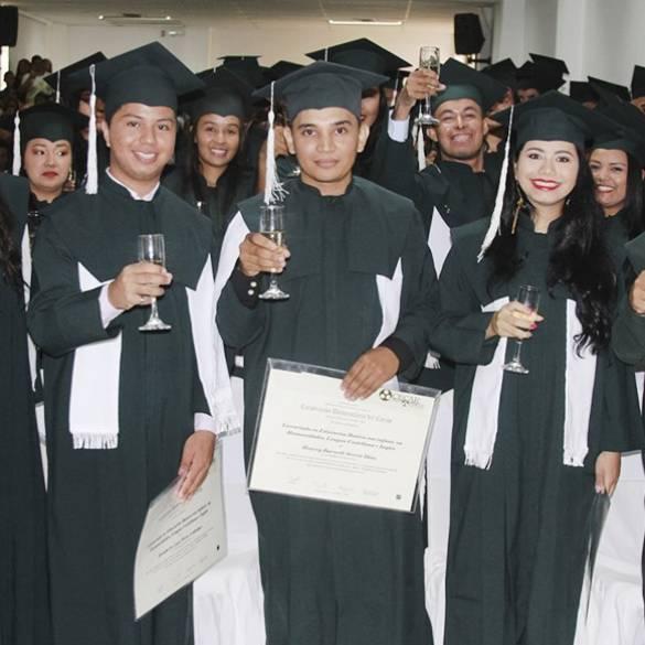 Profesionales y especialistas se gradúan