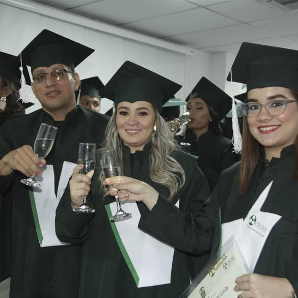 Más de 450 personas recibieron títulos profesionales y de especialistas