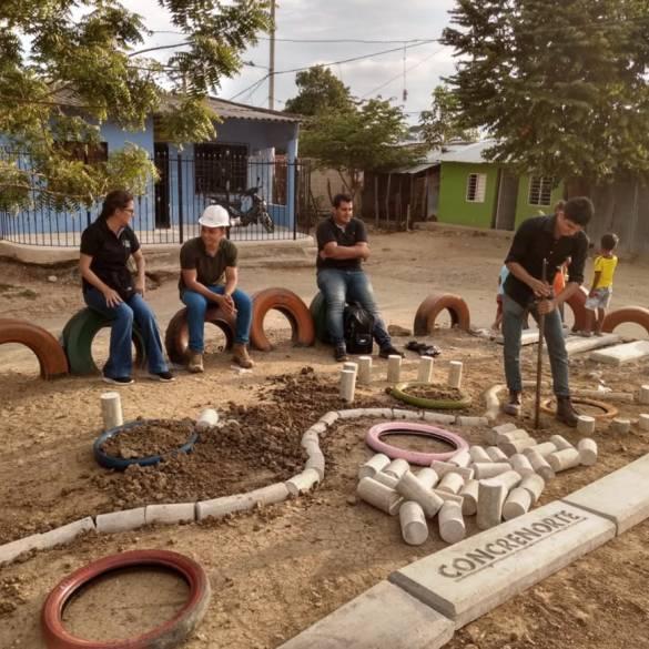 Bancas y jardineras en el barrio La Paz